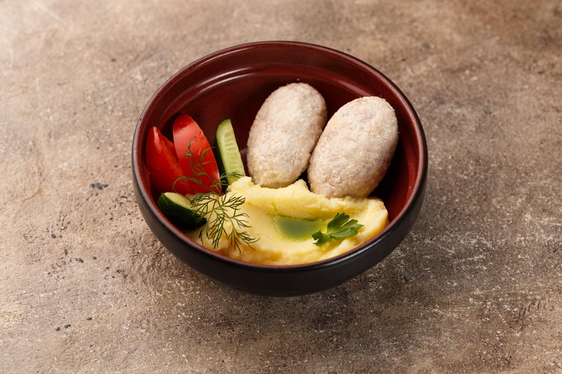 Доставка Котлетки куриные на пару с картофельным пюре и свежими овощами