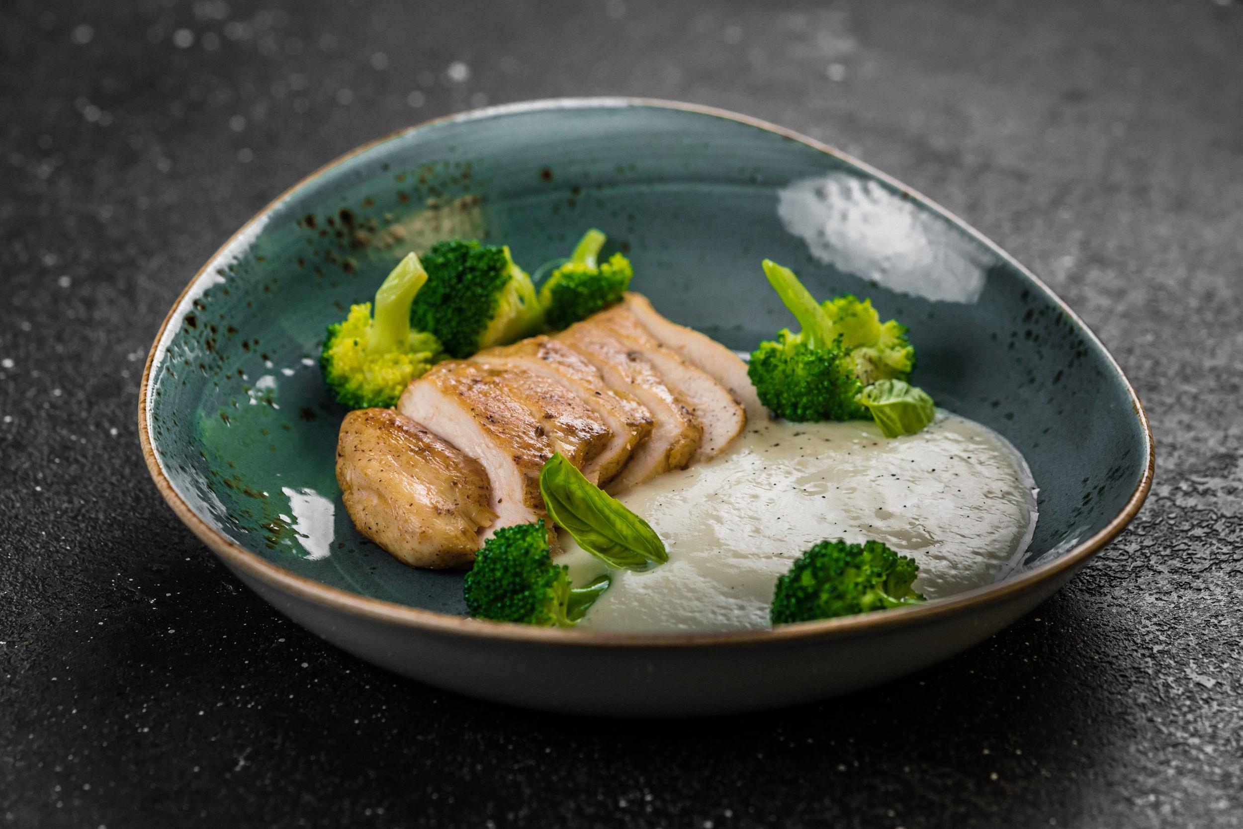 Доставка Стейк из филе цыплёнка с брокколи